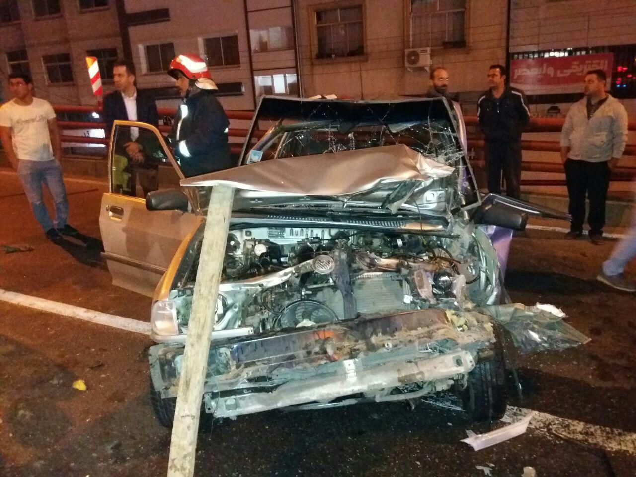 برخورد شدید دو خودرو در پل رو گذر در رشت