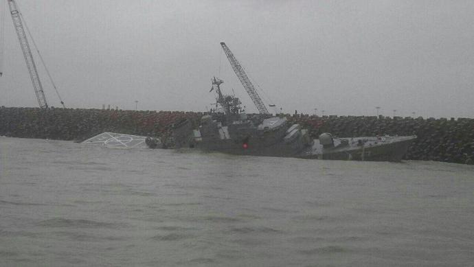 روزنامه روسی مدعی شد؛ ناوشکن دماوند بعد از برخورد با موج شکن انزلی در حال غرق شدن است!