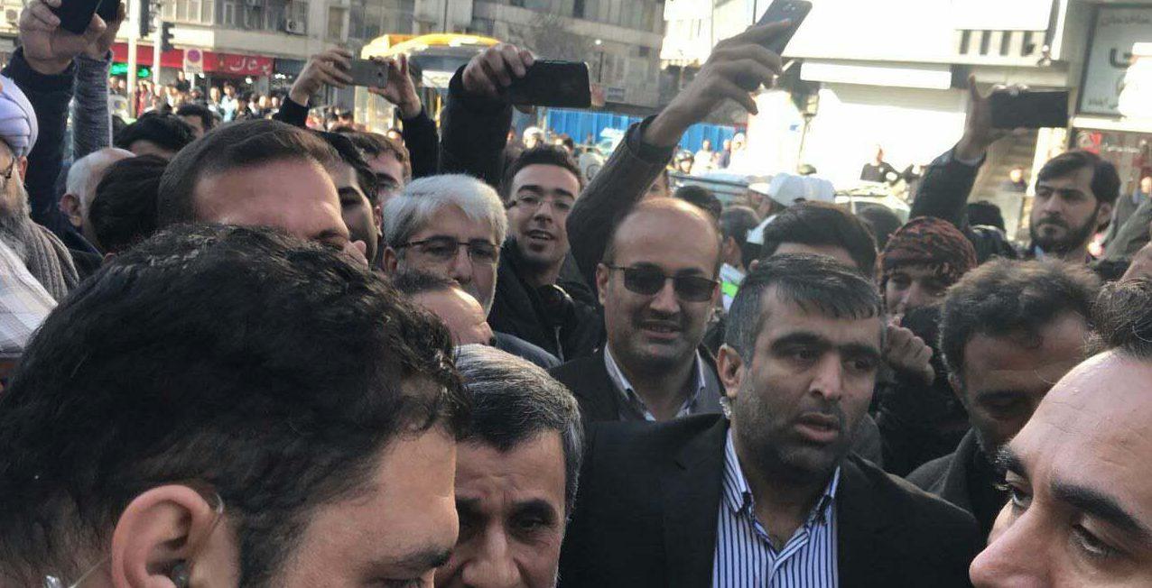 احمدینژاد و مشایی مقابل محل برگزاری دادگاه بقایی حضور یافتند