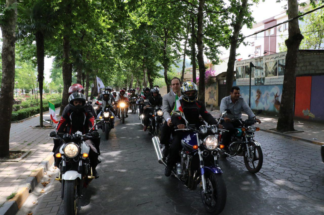 شهردار لاهیجان با موتور به جلسه فرمانداری رفت+ تصاویر